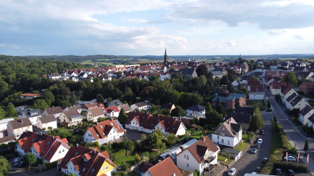Bild aus Luft: Blick auf Grünberg mit Fokus auf Diebstrum und Kirche