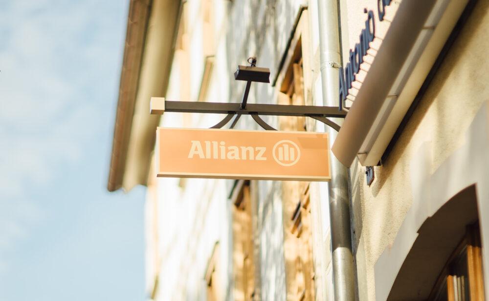 Allianz Schild an Fachwerkhaus